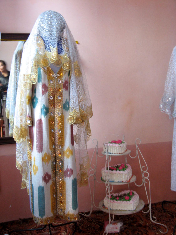 Traditionelle einheimische Hochzeitskleid